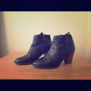 Gorgeous Madewell black leather ankle booties